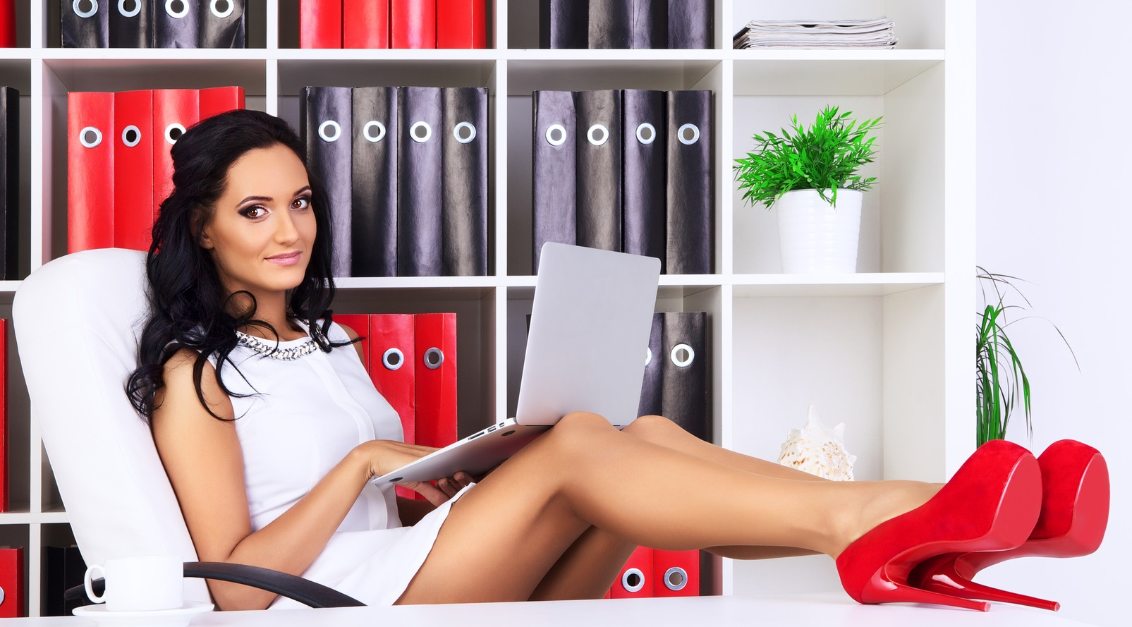 ul businesswoman at office with laptop